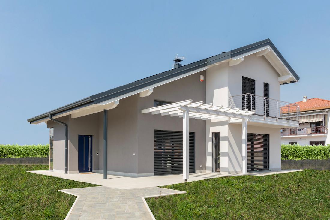 Casa in legno a due piani for Casa moderna orari